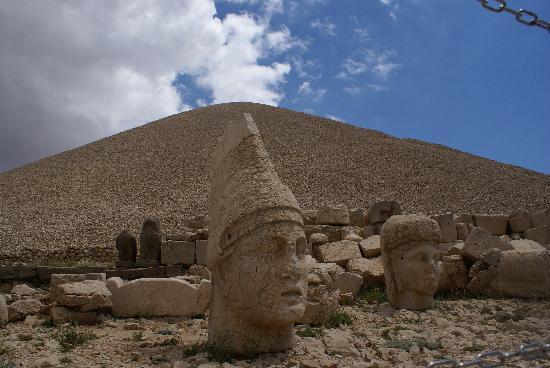 Adiyaman, Türkei: Le mont et les statues