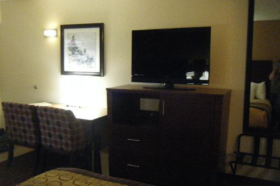 Hotel Moab Downtown : TV and desk