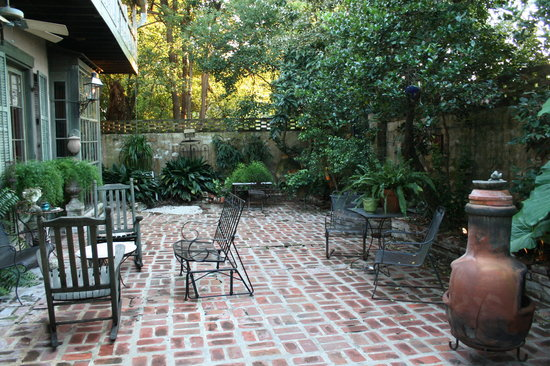Country french bed breakfast lafayette la b b for French style courtyard ideas