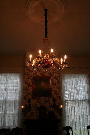 Stone House Musical B&B: antique chandelier