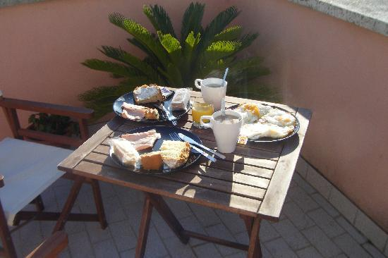 Ganymedes Palace: Breakfast on our private terrace