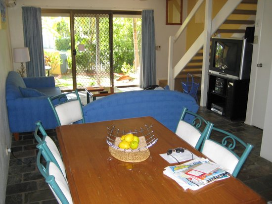 Nautilus Noosa Holiday Resort: Standing in kitchen, looking towards lounge and patio doors