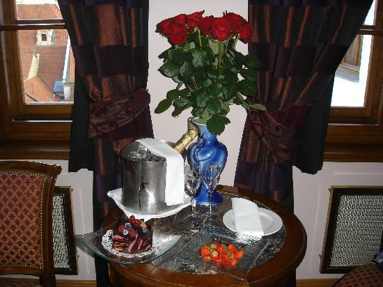 Golden Well Hotel: Champagne and cake