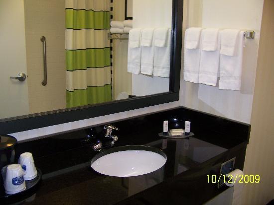 Fairfield Inn & Suites Knoxville/East: bathroom