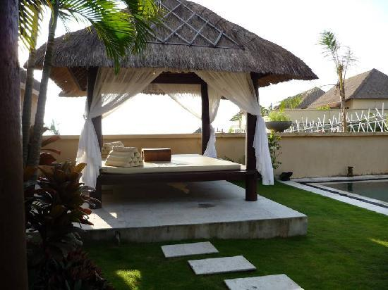 Ocean Blue Bali: cabana next ot the pool