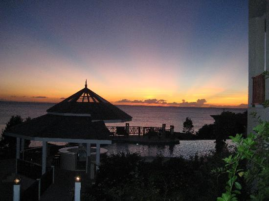 Calabash Cove Resort and Spa: sunset from the c bar steps