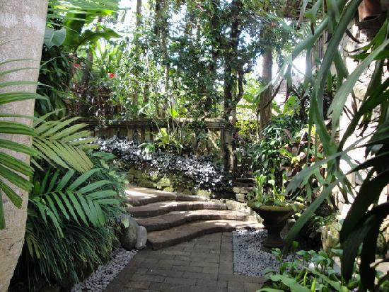 Gayatri Villa: Walking path to Vila Pratiwi