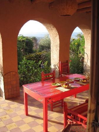 Demnate, Marrocos: table set for breakfast, mountains in the background