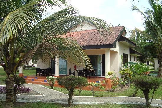 Busua Beach Resort: Notre bungalow et sa terrasse (1)