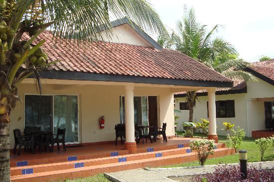 Busua Beach Resort: Notre bungalow et sa terrasse (2)