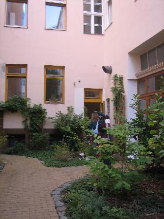 Schoenhouse Apartments: Patio que da acceso a los apartamentos