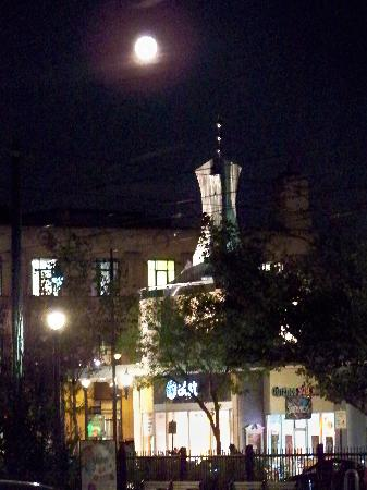 Beacon Inn: Coolidge Corner at night