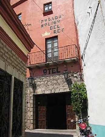 Hotel Molino Del Rey: Front Entrance near a small alley (I think there's a path to the center via the alley too)