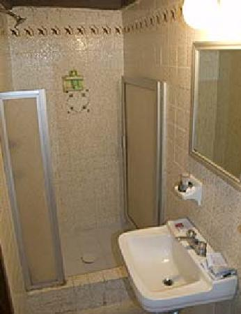 Hotel Molino Del Rey: Shower with good pressure & hot water.