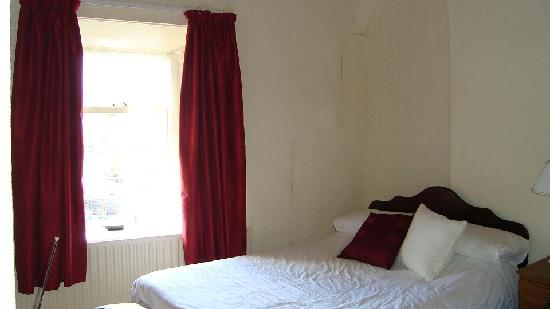 Ivies Guesthouse: Our room - the walls could use new wallpaper...