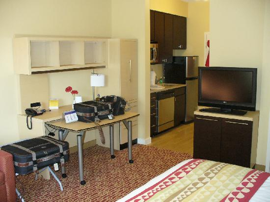 TownePlace Suites Laconia Gilford: Studio King work area and TV