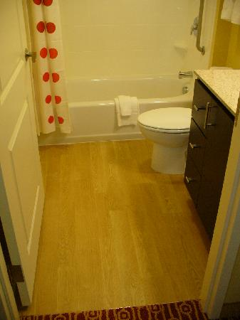 TownePlace Suites Laconia Gilford: Hardwood Floor Studio King Bathroom
