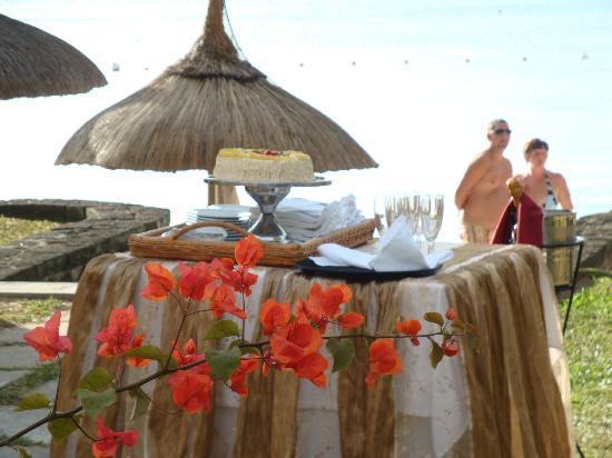 Merville Beach Hotel : Wedding cake in the garden court