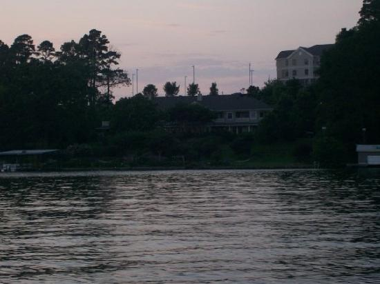 Lookout Point Lakeside Inn: Sunset view of the Inn