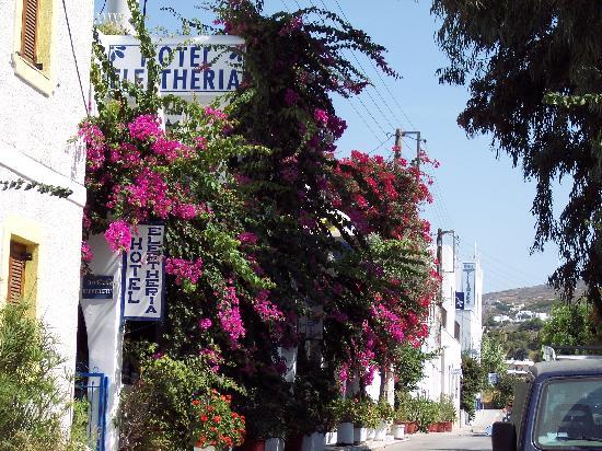 Hotel Eleftheria Parikia: Devant de l'hôtel