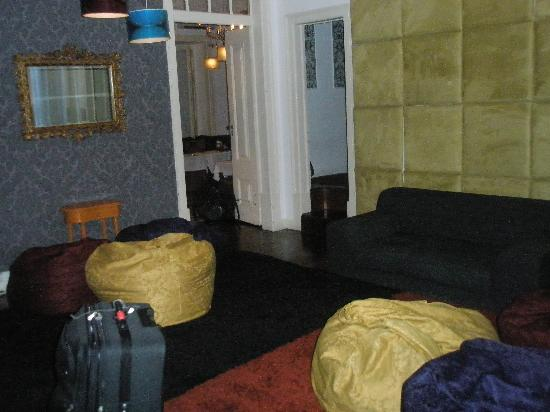 Travellers House: Living room (taken very early so it is dark)