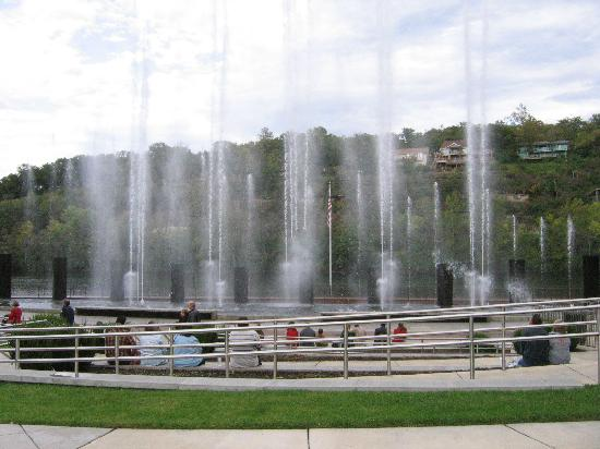Still Waters Resort : Water show at Branson Landing