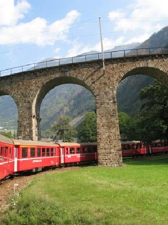 Rhaetian Railway in the Albula / Bernina Landscapes: il famoso ponte