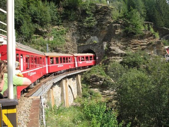 Rhaetian Railway in the Albula / Bernina Landscapes: lungo il percorso
