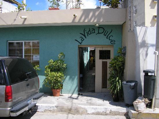 La Vida Dulce Casitas: Entrance from Avenida Juarez