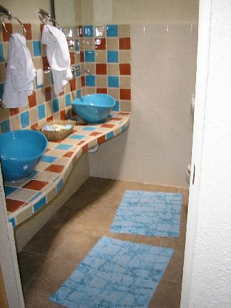 La Vida Dulce Casitas: Bathroom in Master/Another off kitchen