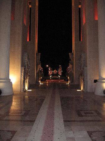 Dariush Grand Hotel: Hotel entrance @ night 1