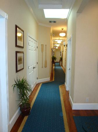Snug Harbor Inn: Hallway to the rooms.