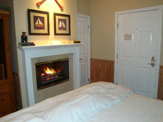 Snug Harbor Inn : Fireplace & king sized bed.