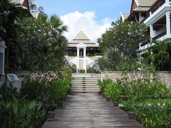 Novotel Samui Resort Chaweng Beach Kandaburi : Walkway down to the pool area on the beachside.