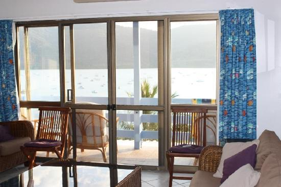 Coral Point Lodge : Lounge room, balcony, and view of Shute Harbour