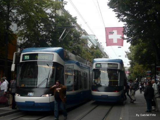 บาห์นฮอฟสตราส: Trams (bondes) suíços na rua Bahnhofstrasse (Rua mais chique e cara da Suíça, lugar de marcas co