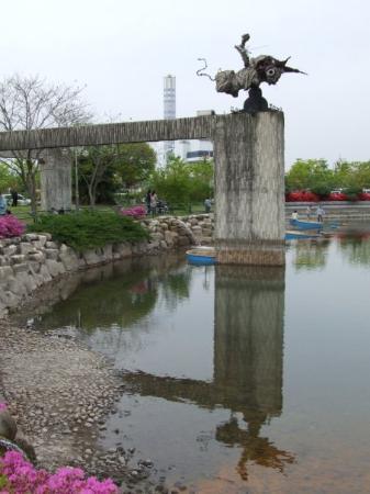Gwangju, Coréia do Sul: Nog 'n random struktuur, maar hierdie een is nogals cool. Dis lyk of dit van herwinde materiale