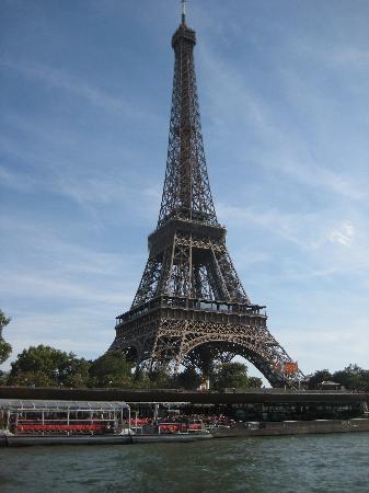 Paris, França: Eiffel view from Seine river