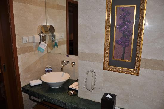 โรงแรมแกรนด์เมอร์เคียว หงเฉียว: 洗面台も清潔にされ、石鹸、歯ブラシなども置かれています。