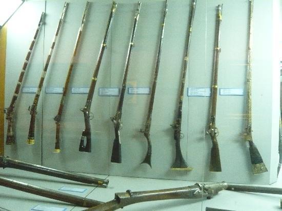 Military Museum: 銃。一番左は何気にトルコのマークの装飾が。