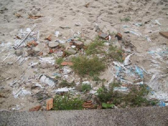 Chaweng Cabana Resort: Steps to Beach with rubbish