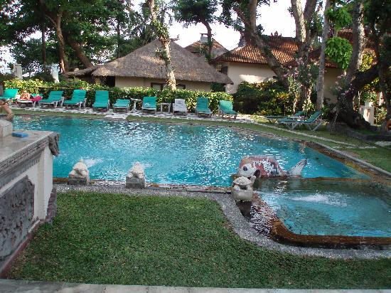 Hotel Alit's Beach: プールはいろいろ。趣がある。