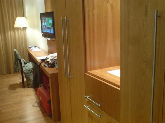 ALEGRIA Nautic Park: Nevera, armario y mesa de estudio