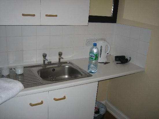 Excelsior Hotel London: kitchen/bathroom