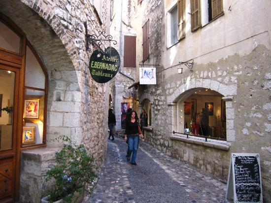 Villa St Maxime : St. Paul, half mile away