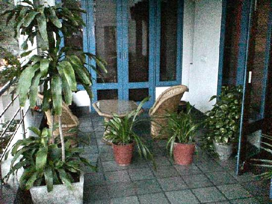 B Nineteen (B-19) Bed & Breakfast: Balcony just off the rooms