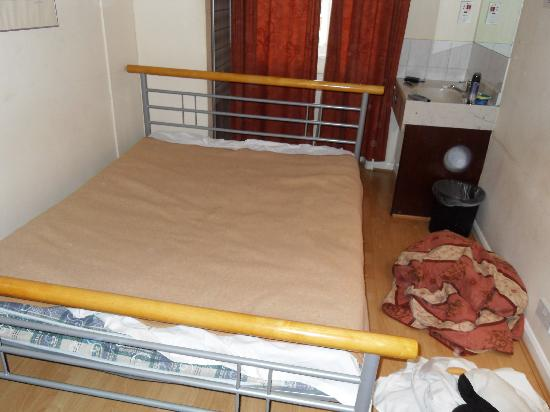 Belgrave House Hotel London Victoria: the nasty bed