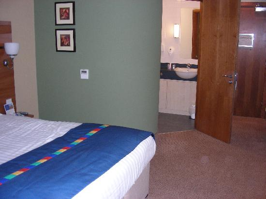 Park Inn by Radisson Doncaster: Bedroom and bathroom