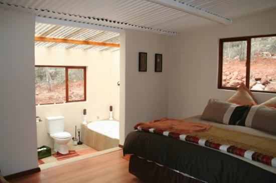 Rustenburg, Sydafrika: Main bedroom with en suite bathroom with see through roof (very sexy when there is a full moon)