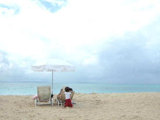JAL Private Resort Okuma: オクマビーチ。パラソルの下でのんびりできる。